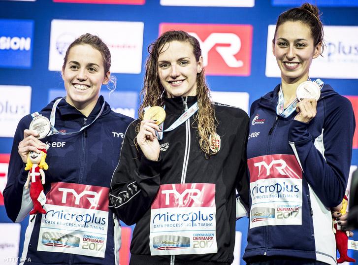 Az aranyérmes Hosszú Katinka (k) az ezüstérmes francia Lara Grangeon (b) és bronzérmes honfitársa Fantine Lesaffre a koppenhágai rövidpályás úszó Európa-bajnokság nõi 400 méteres vegyesúszásának eredményhirdetésén