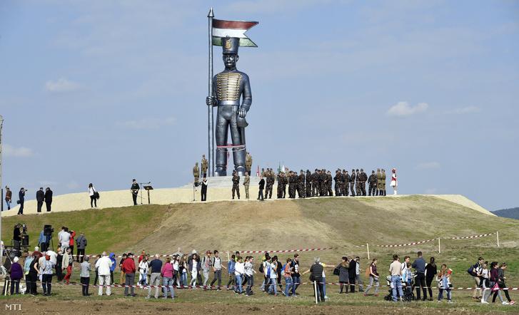 Résztvevők a 70 tonnás 12,5 méter magas Miskahuszár-szobor, Magyarország legnagyobb szabadtéri szobra avatóünnepségén Pákozdon 2017. szeptember 29-én.
