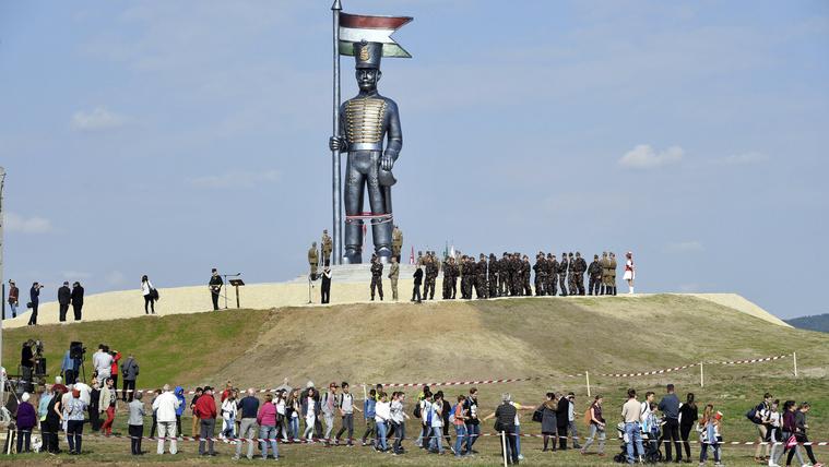 Agyonverték az országot a hülye szobrok, de megmutatjuk, van remény