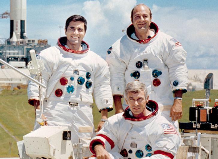 Az Apollo-17 legénysége: balra Schmitt, lent Cernan, jobbra fent Ronald Evans (ő maradt fent a parancsnoki modulban)