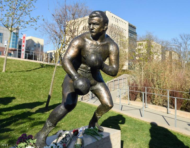 Papp László háromszoros olimpiai bajnok ökölvívó szobra Budapesten a Gesztenyés kertben az avatás napján 2017. március 28-án.