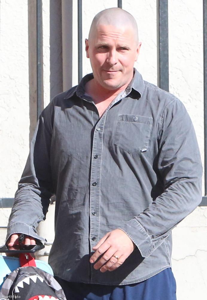 Nyilván ön is látja, amit mi:a 43 éves színész feje teljesen kopaszra van nyírva.