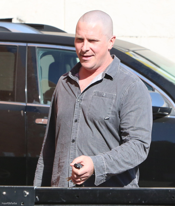 Namost ez a kép viszont egy olyan fotósorozatból való, amit egy paparazzó október 27-én készített Christian Bale-ről, nem forgatás közben.