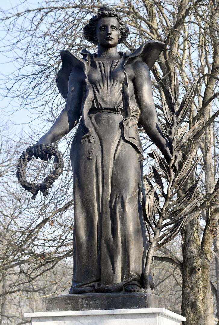 Az esztergomi Szent Anna temetőben felállított Béke angyala szobor az I. világháborúban a városnál elhunyt külföldi katonák emlékműve 2017. január 20-án, az avatás napján. A szobor Vlagyimir Szurovcev érdemes művész alkotása.