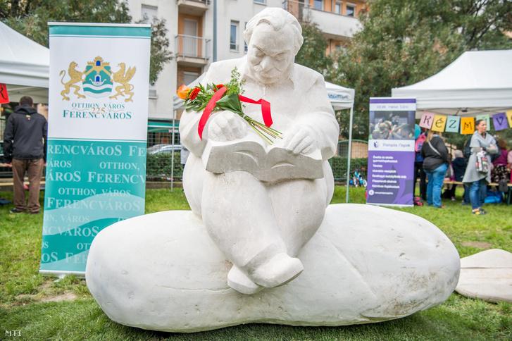 Pintér Attila szobrászművész Lázár Ervin tiszteletére készített A Négyszögletű Kerek Erdő mesélője című szobra az ünnepélyes avatás után a IX. kerületi Kerekerdő parkban 2017. szeptember 30-án.