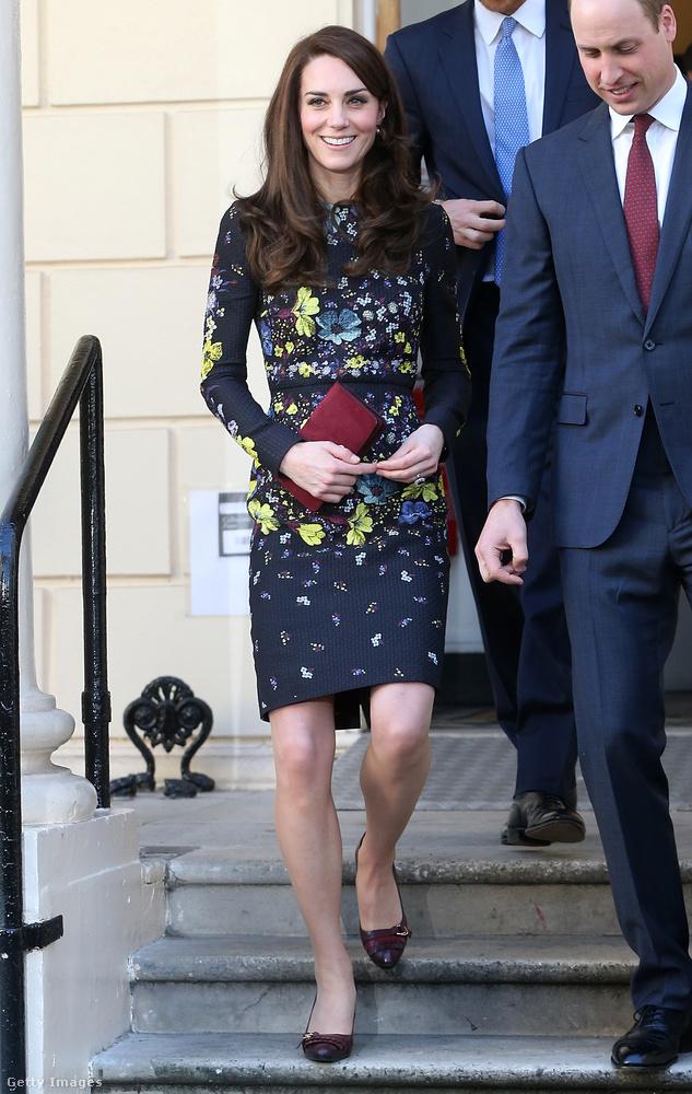 Bordó Tod's cipővel és táskával kombinálta ezt az egyrészes virágos Erdem ruhát a londoni Virgin Money London Marathon eseményen januárban.