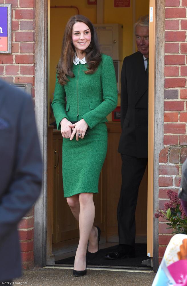 Fekete kiegészítőkkel zöld Hobbs London kosztüm 2017 januárjában.