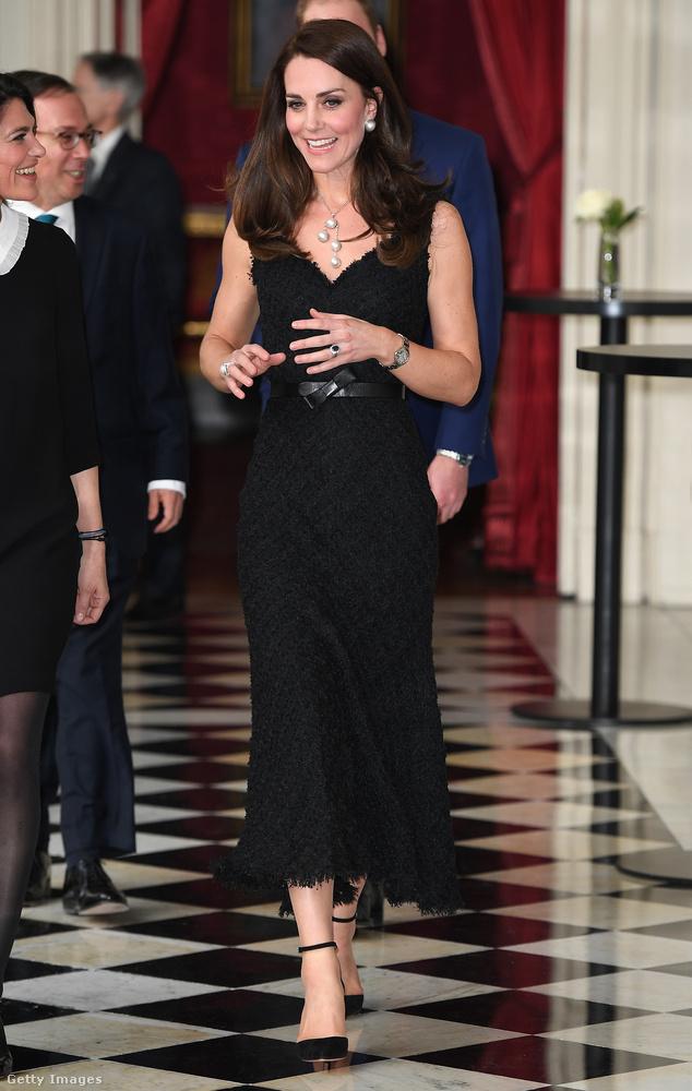 V-nyakkivágású fekete Alexander McQueen ruha és bokapántos Gianvito Rossi cipő a párizsi brit nagykövetségen.