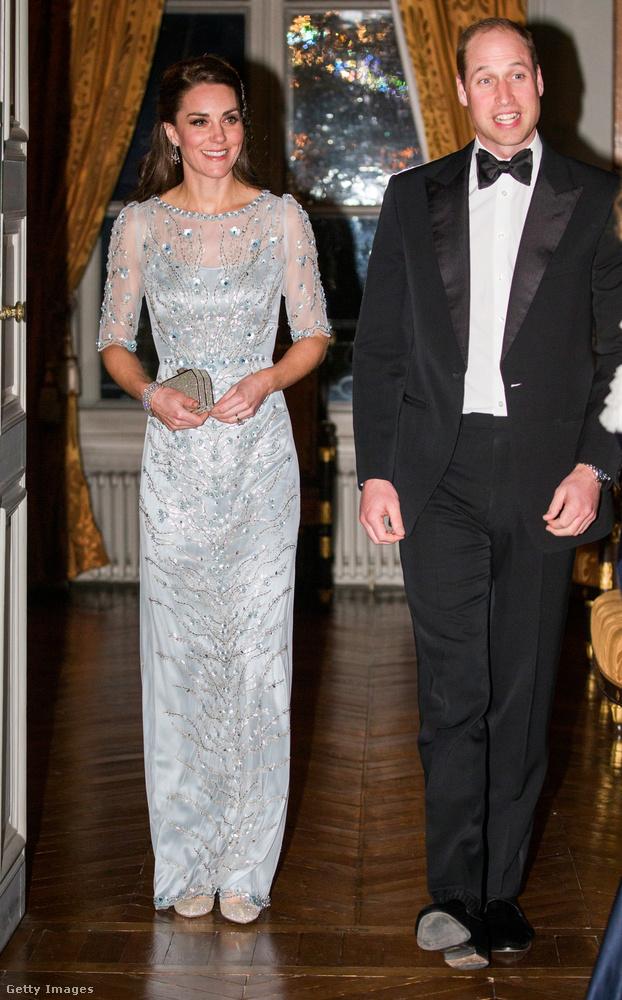 Virághímzéses, jégkirálynős Jenny Packham ruha a párizsi brit nagykövetségen tartott vacsorán.