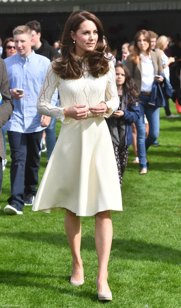 Ezt a krémszínű See By Chloé ruhát egyszer már elsütötte egy 2016-os kanadai rendezvényen, most egy londoni partin viselte májusban