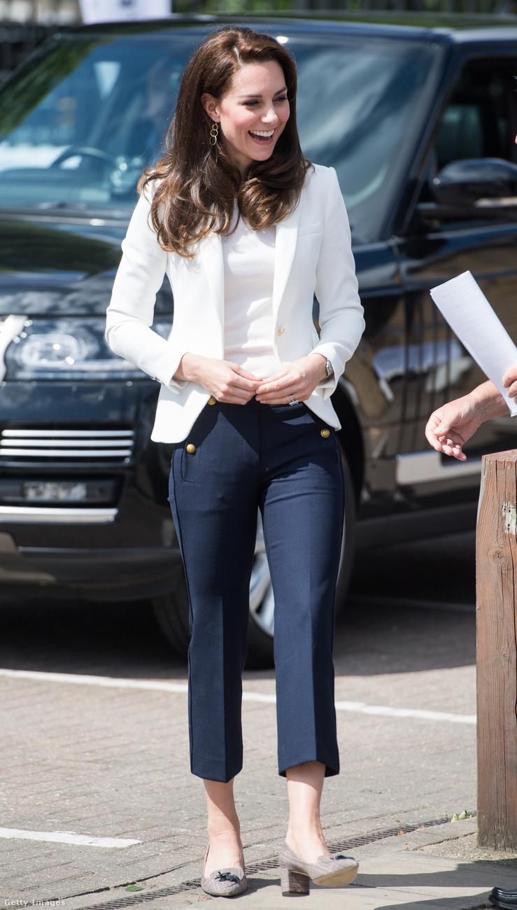 Íme egy szerényebb szett, a nadrágot és a cipőt a J.Crew, a blézert pedig a Zara kollekciójából választotta a hercegné.