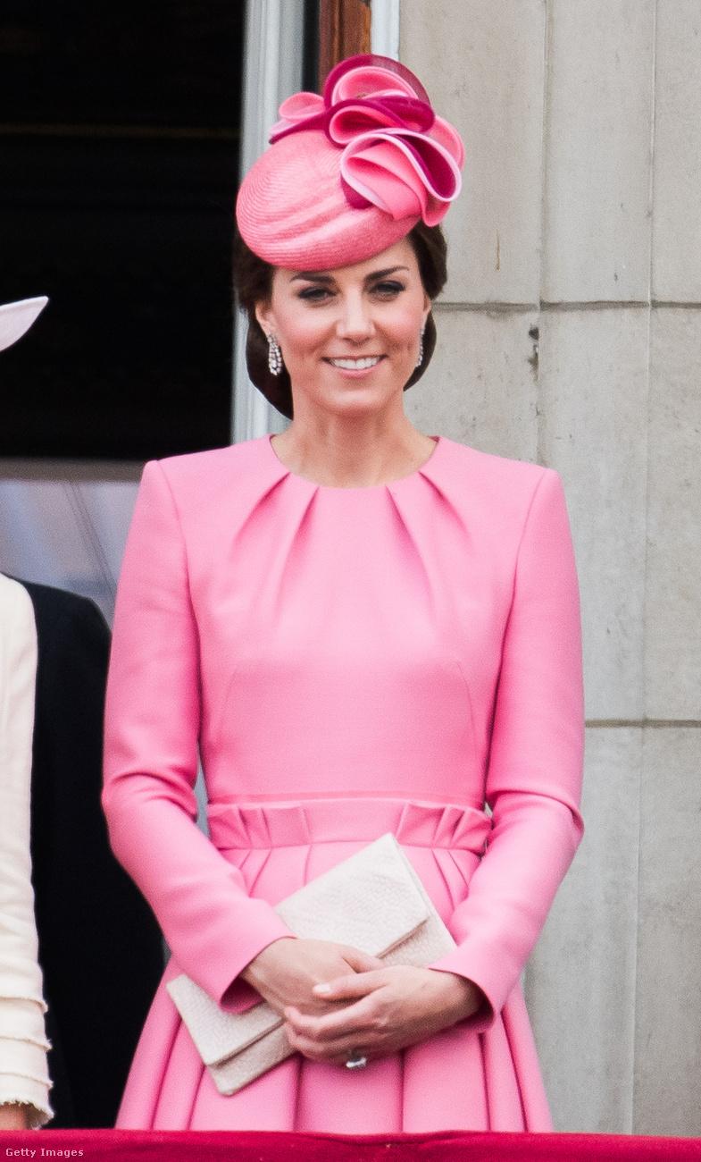 A nagy hagyományokkal rendelkező Trooping the Colour ceremónián jelent meg ebben a pink Alexander McQueen ruhában