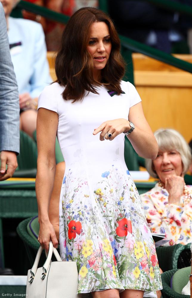Virágos nyáriruha és fehér Victoria Beckham táska Wimbledonban.