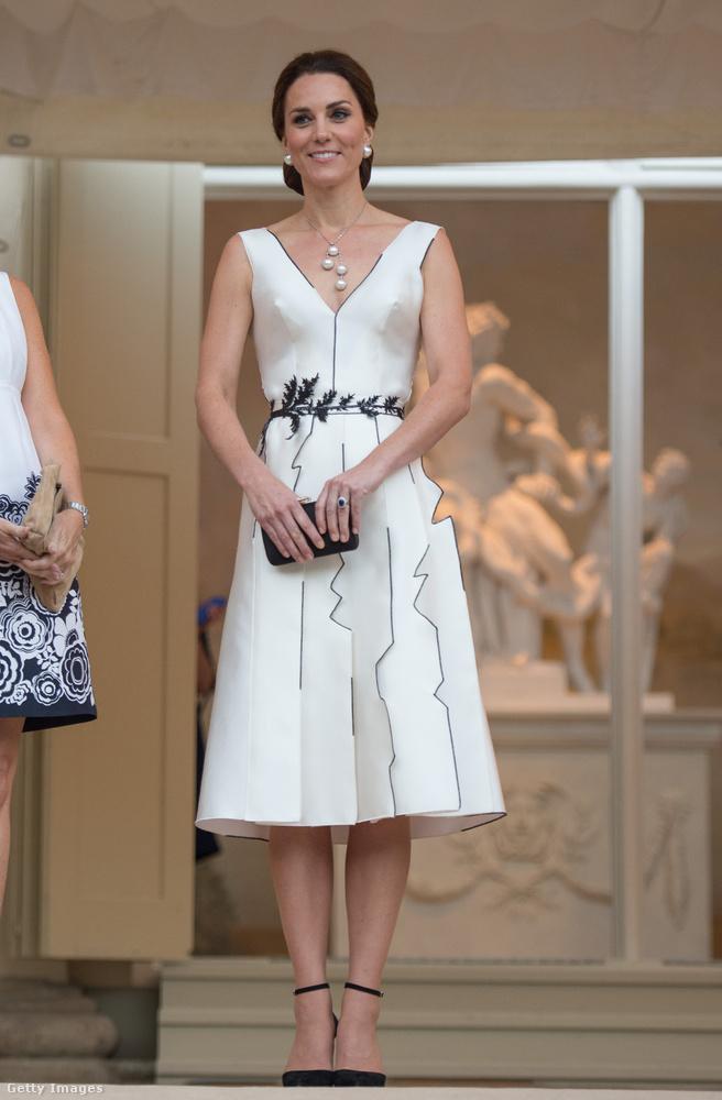 Gyöngynyaklánccal és ahhoz illő fülbevalóval vette fel lengyelország egyik legismertebb tervezőjének, Gosia Baczynska fehér ruháját  Varsóban.