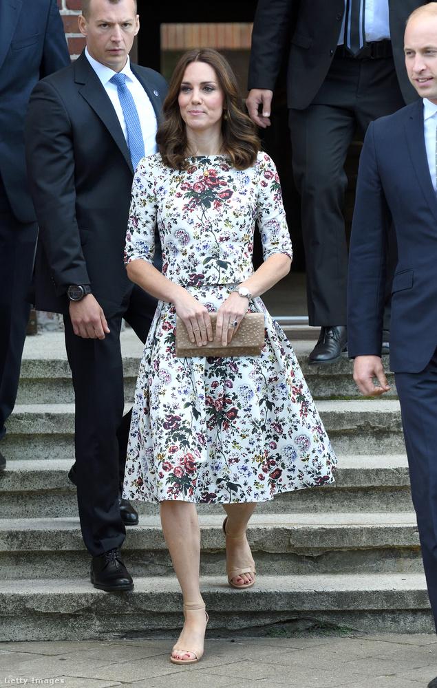 Bézs táskával és szandállal kombinálta a kétrészes, virágmintás Erdem ruhát a lengyelországi Gdansk történelmi városrészében.