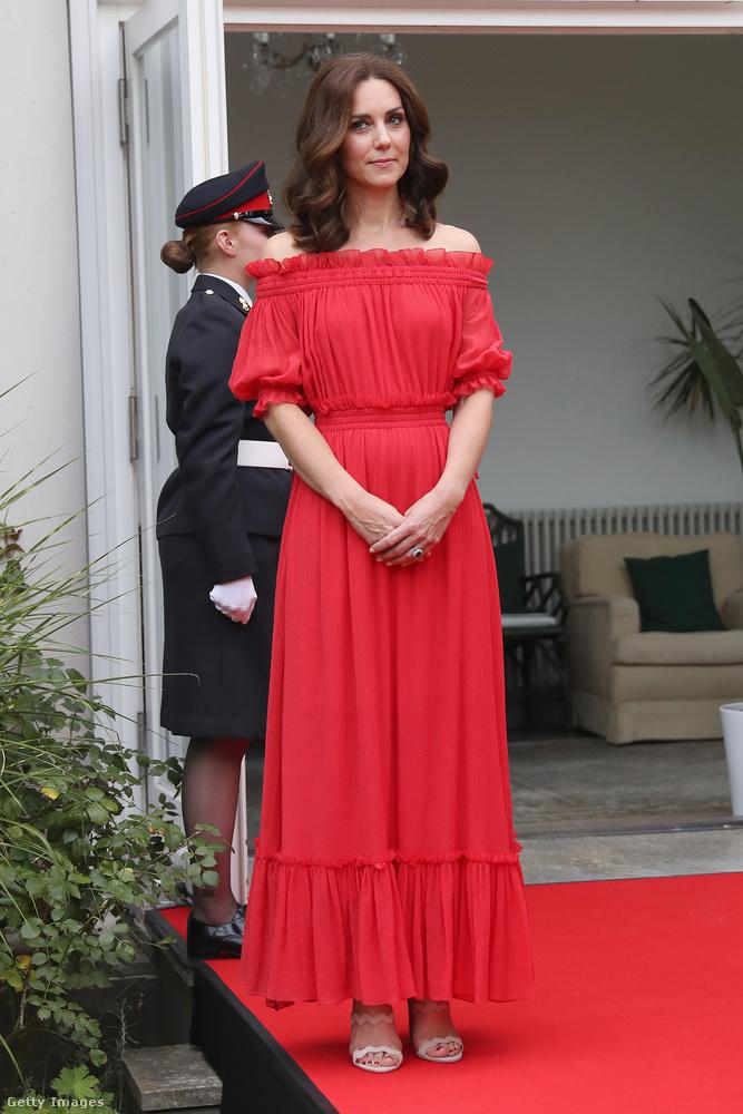 35 éves hercegné a brit nagykövet berlini rezidenciáján tartott kerti partin viselte ezt a piros  Alexander McQueen ruhát, ami átlagosan 2379 dollárba, kb