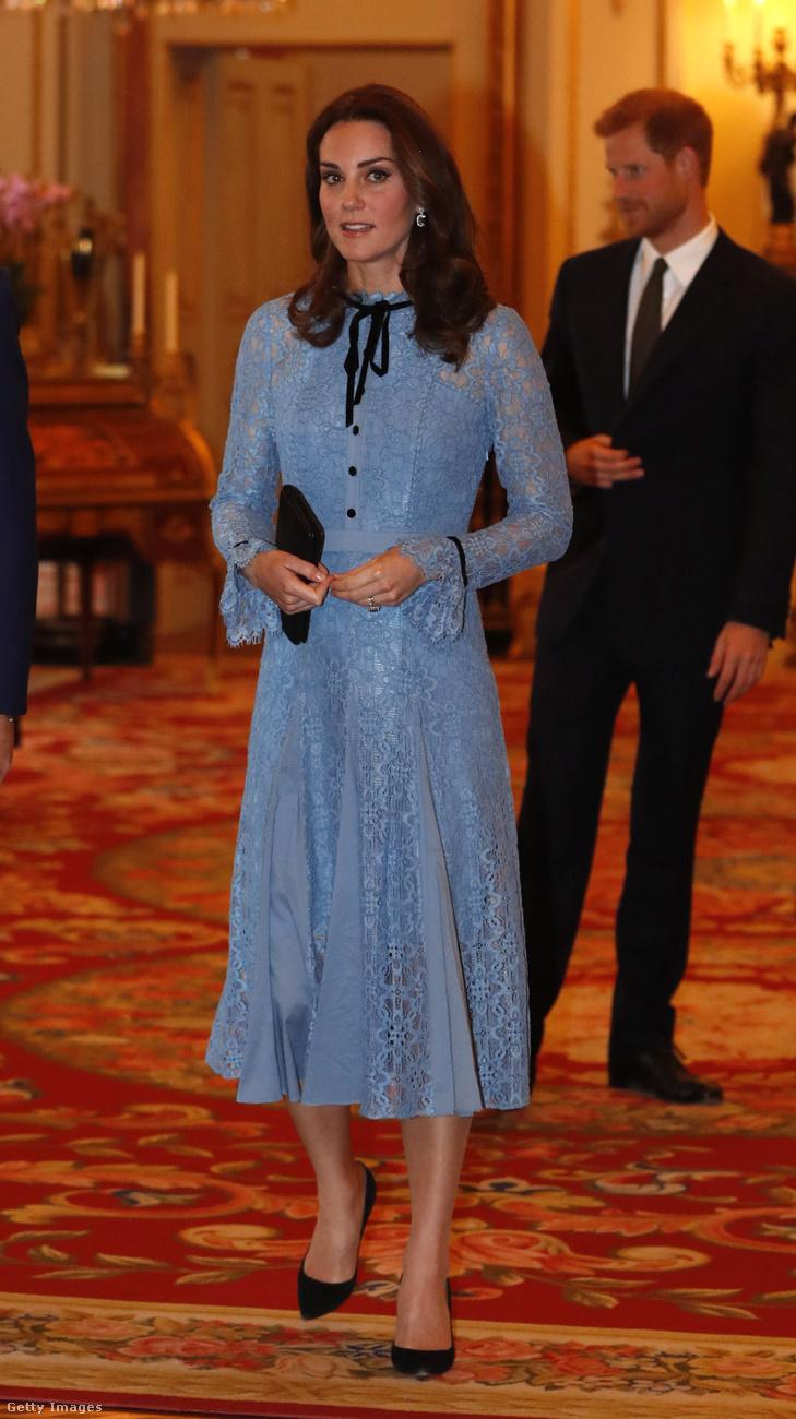 Szerettük ezt a fekete kiegészítőkkel kombinált babakék Temperley csipkeruhát , amit októberben viselt a Buckingham palotában.
