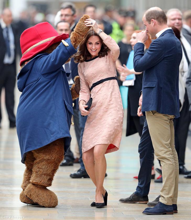 Rózsaszín Orla Kiely egyrészesben táncolt Paddington macival Londonban.