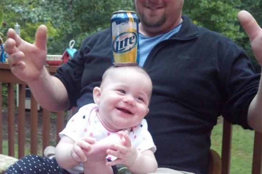 Az apákban bizony felmerülhet a kérdés, vajon hány másodpercig áll meg a gyerek fején a sör...