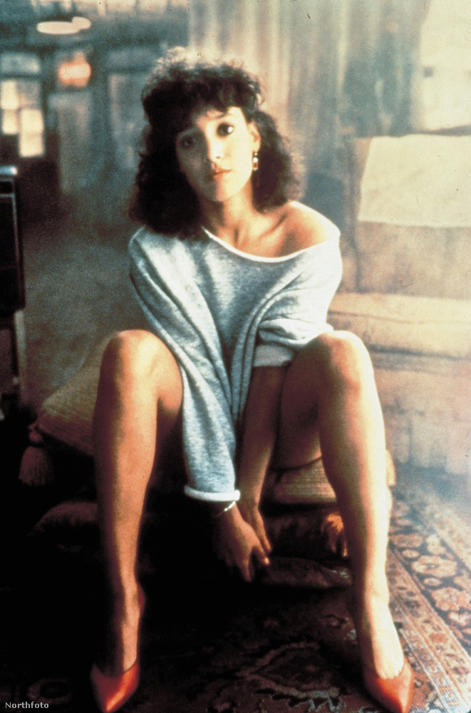 Az egyik vállról hanyagul lecsusszanó felsőrész a Flashdance című film, azaz 1983 óta megérdemelten örvend töretlen népszerűségnek