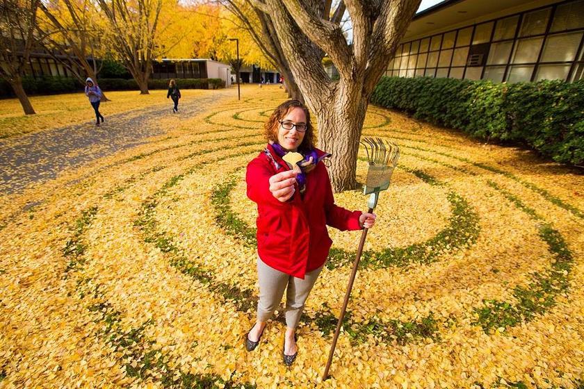 Ő Joanna, aki minden évben a gingko levelek hullásakor örvendezteti meg a környezetét a kedvességével.
