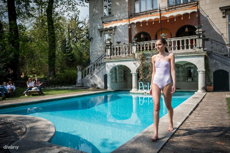 A 2012 óta létező, kificamodott könyökkel induló, majd vékony modellekkel dolgozó és ezzel nagy hullámokat kavaró magyar fürdőruhamárka, a Pelso a Bródy Villában mutatta be 2017-es nyári kollekcióját