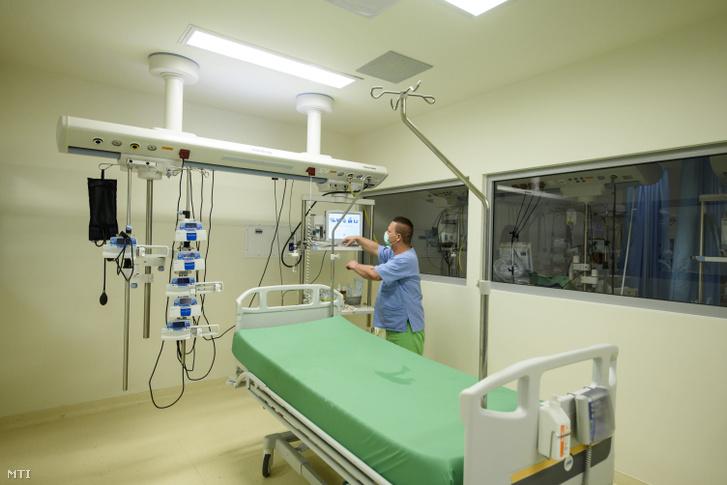 A központi aneszteziológia és intenzív betegellátó osztály egyik kórterme a egri Markhot Ferenc Kórházban