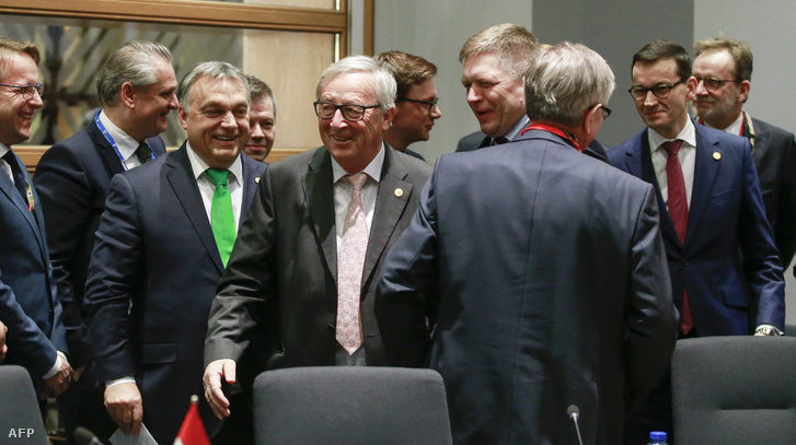 Orbán Viktor, Jean-Claude Juncker, Paolo Gentiloni, Robert Fico, Andrej Babis és Mateusz Morawiecki a Visegrádi találkozón Brüsszelben 2017. december 14-én