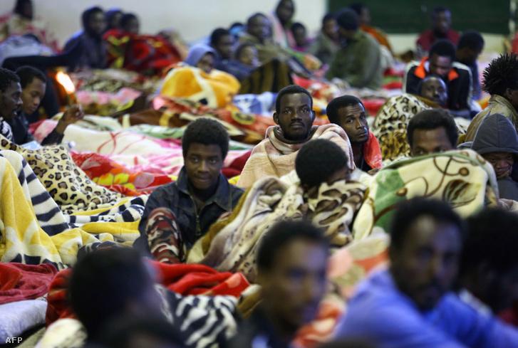 Afrikai menekültek a Tariq Al-Matar táborban Tripoli közelében 2017. december 11-én