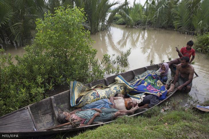 A mianmari kormányhadsereg által menekülés közben lelõtt öt rohingja holtteste hever a mianmari határ közelében fekvõ bangladesi Ulubunia térségébe érkezõ mianmari rohingja muzulmánok csónakjában 2017. szeptember 6-án.