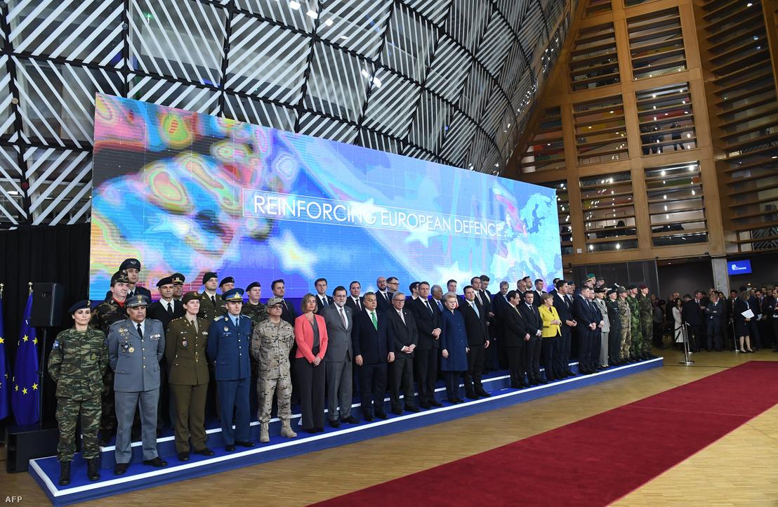 A csatlakozó tagállamok katonáival közös családi fotózás december 14-én, Brüsszelben