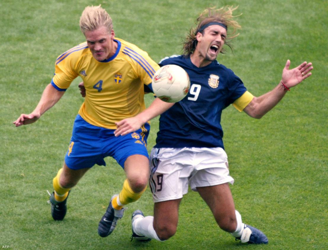 Batistuta (jobbra) a 2002-es focivébé svédek elleni csoportmeccsén. Balra Johan Mjallby svéd védő.