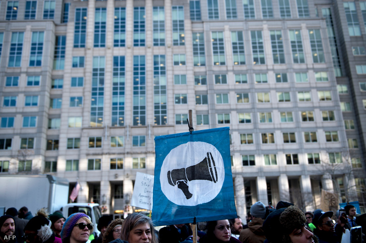 Tiltakozó tömeg az FCC washingtoni székháza előtt