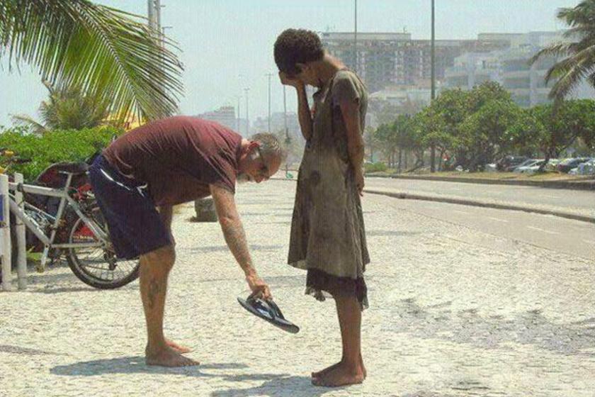 A férfi levette a papucsát, hogy odaadja egy kislánynak, aki sírva fakadt, annyira meghatotta a gesztus, és annyira örült a lábbelinek.