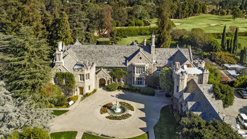 A Playboy-ház egy gótikus, Tudor-stílusban épített, 100 millió dolláros palota. Hugh Hefner Los Angeles-i kastélyában a '70-es évektől kezdve gigapartikat rendeztek.