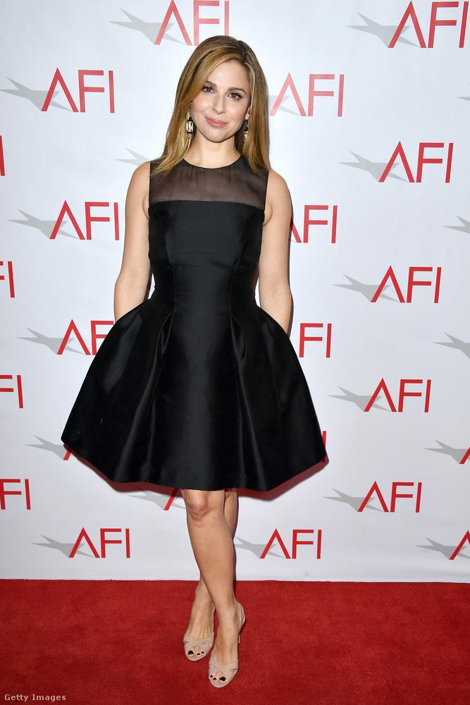 Ujjatlan koktélruha Cara Buono színésznőn Los Angelesben.