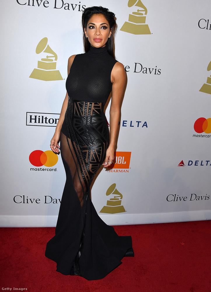 Magasított nyakú, áttetsző Michael Costello ruha a 38 éves énekesnőn, Nicole Scherzingeren Los Angelesben.