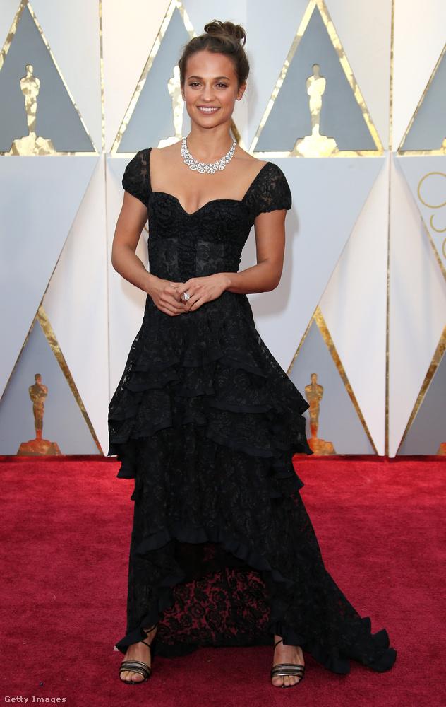Alicia Vikander fodros Louis Vuitton ruhában mulatott febreuár