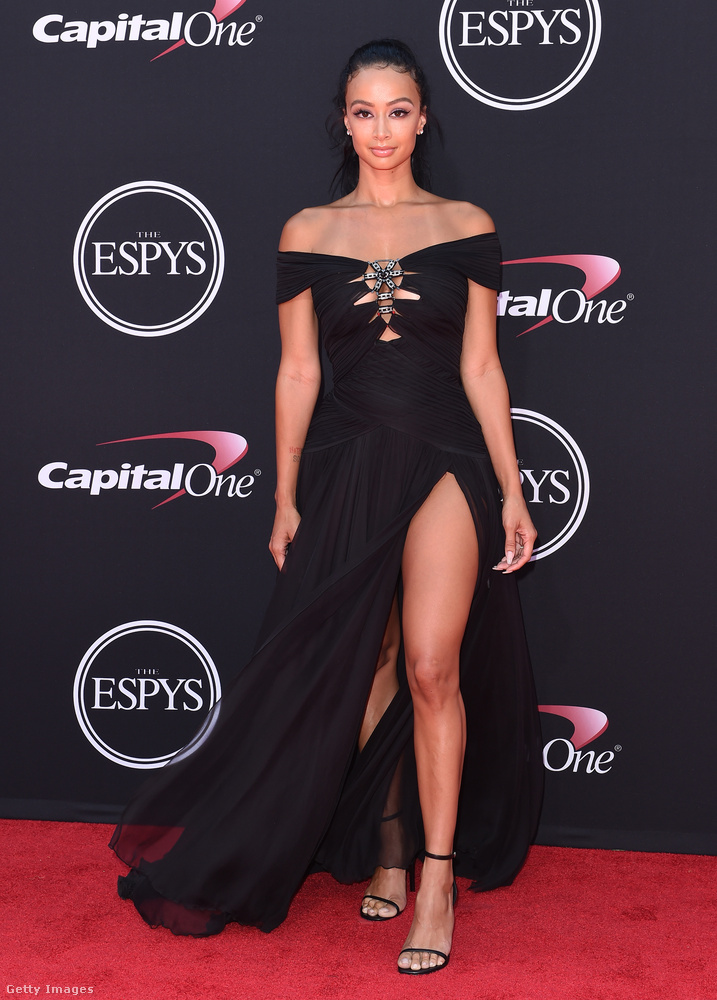 Váll-és lábvillantós estélyi a 32 éves celebnőn, Draya Michelén az ESPYS-gálán Los Angelesben.
