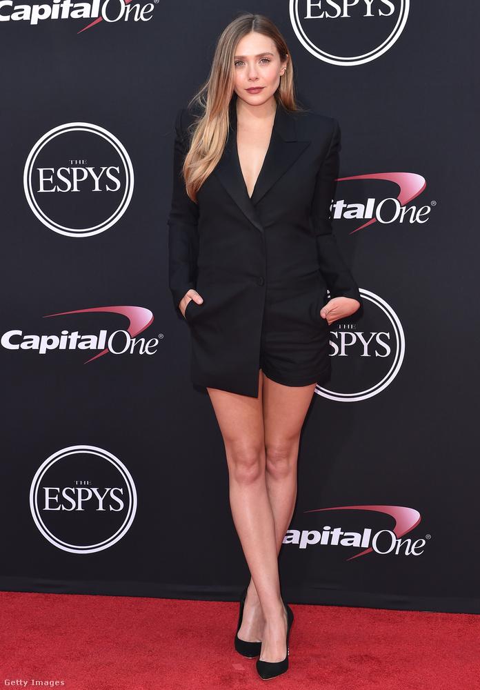 Blézernek látszó kis fekete ruha a 28 éves színésznőn, Elizabeth Olsenen az idei ESPYS-gálán.
