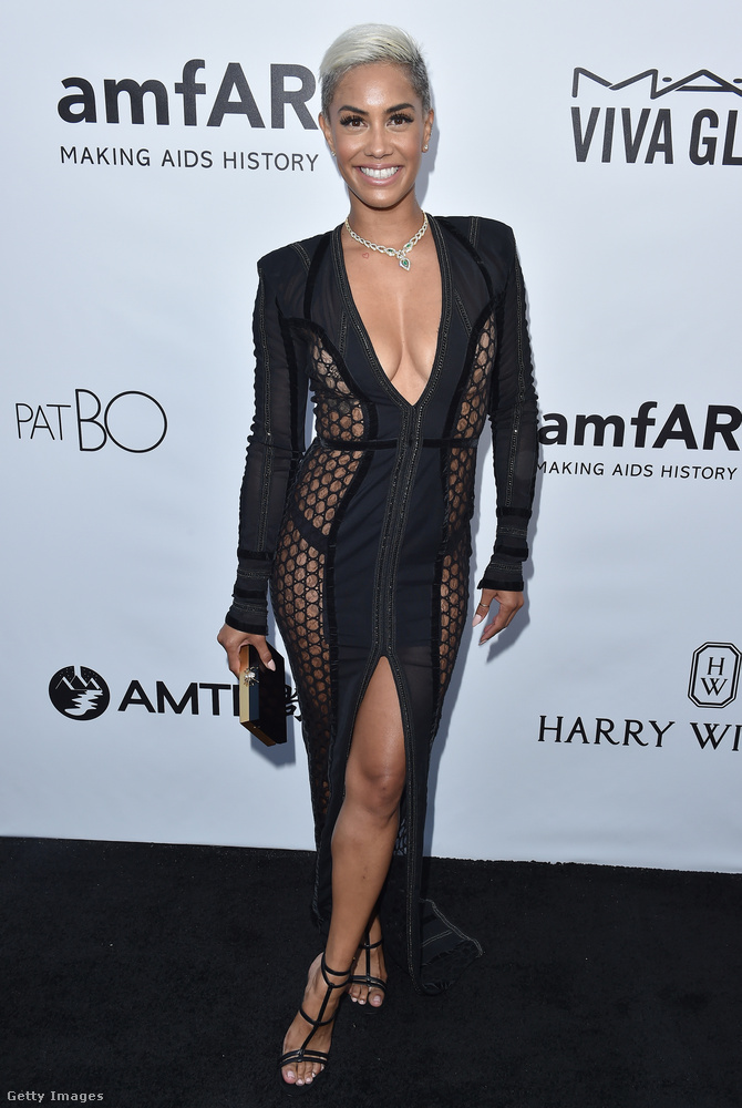 Áttetsző anyaggal kombinált fekete ruha a tévés személyiségként ismert Sibley Scole-on a Los Angeles-i amfAR-gálán.