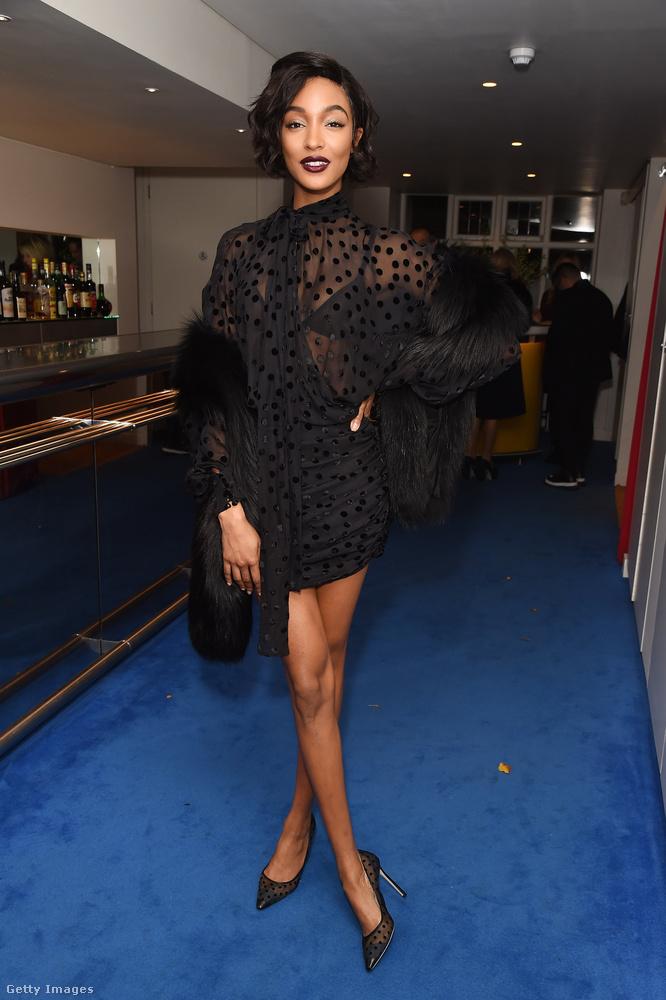 Jourdan Dunn feketében indult el a British Vogue londoni rendezvényére 2017 novemberében.