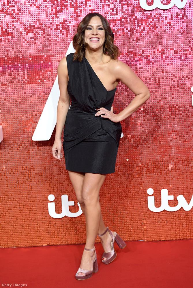 Félvállas kis fekete ruha Caroline Flacken a londoni ITV Gálán.
