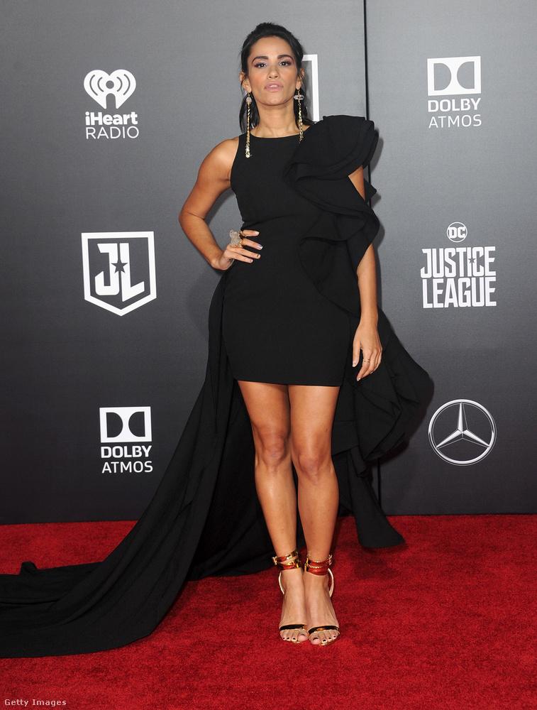 Még egy hátul hosszú fazon Tiffany Smith színésznőn az Igazság Ligája című film Los Angeles-i premierjén.