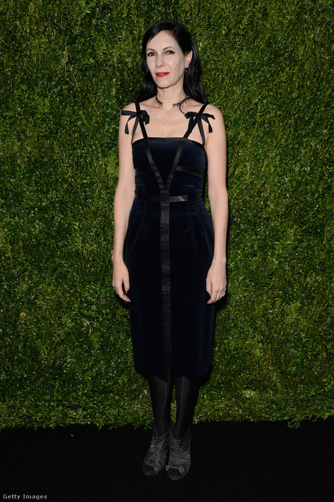 Kis fekete ruha Jill Kargman szerzőnőn egy New York-i Chanel rendezvényen.