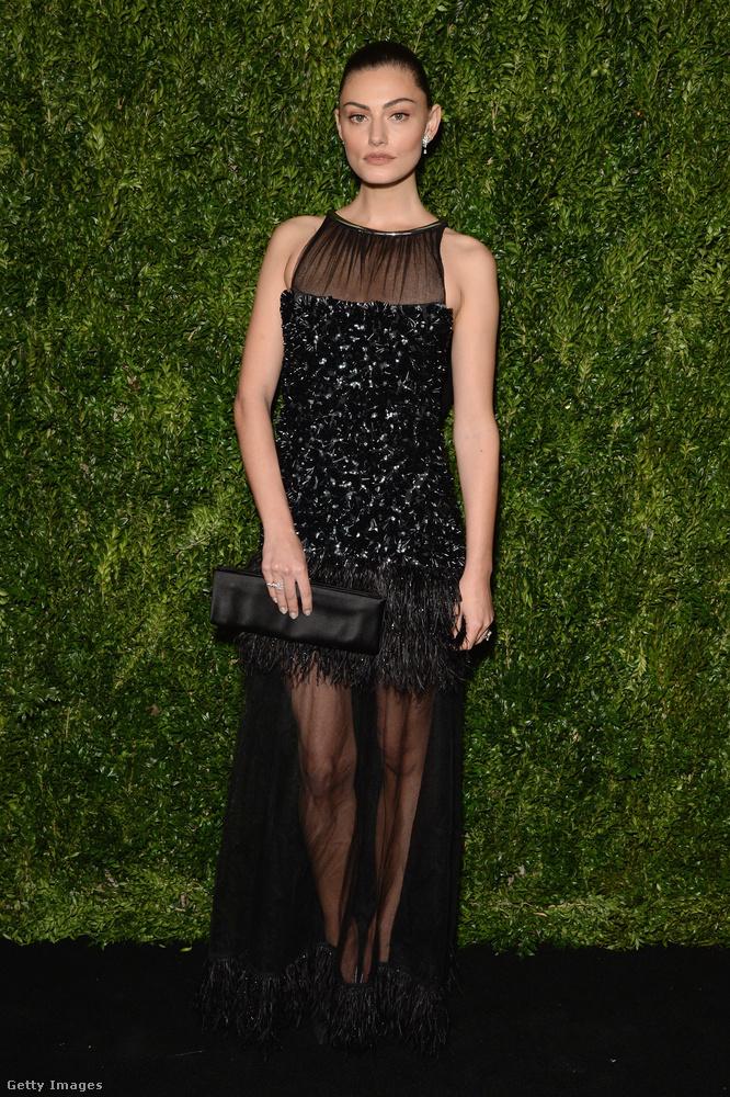 Ujjatlan fekete ruha az ausztrál színésznőn, Phoebe Tonkinon New Yorkban.