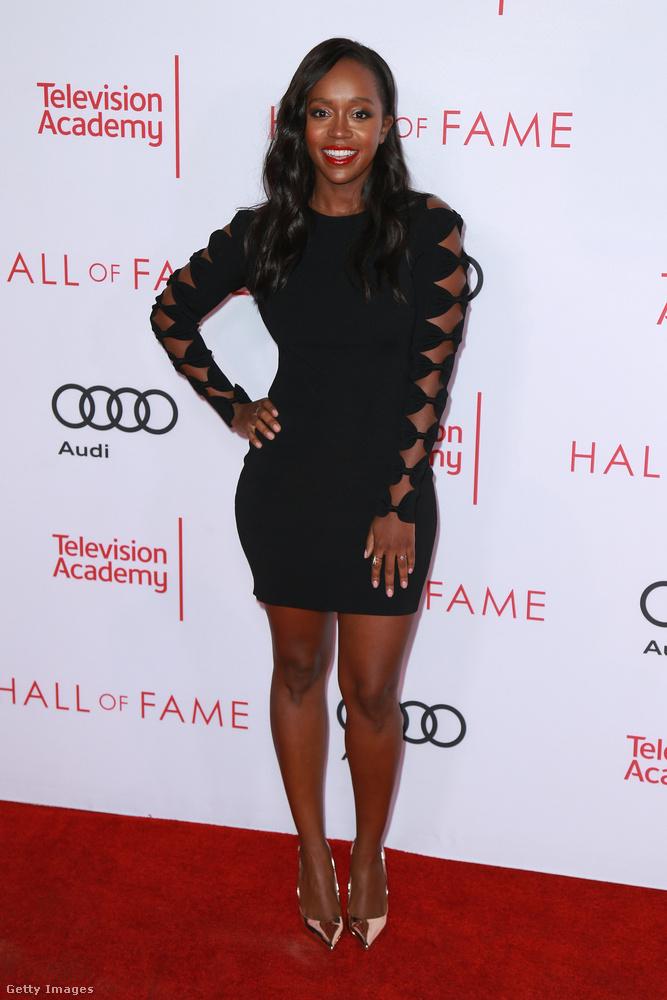 Vágott ujjrészt kapott kis fekete a 32 éves színésznőn, Aja Naomi Kingen Hollywoodban.