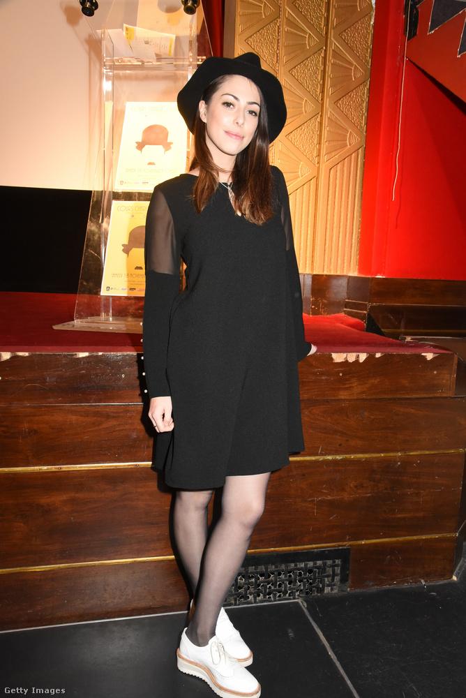 Marion Burah színésznő újragondolt barett sapkával és telitalpú cipővel kombinálta a fekete ruhát egy párizsi rövidfilm fesztiválon.