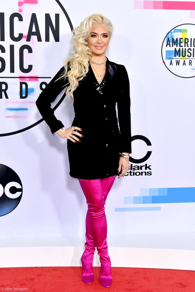 Erika Girardi énekesnő neonrózsaszínnel engedte össze a feketet 2017-ben.