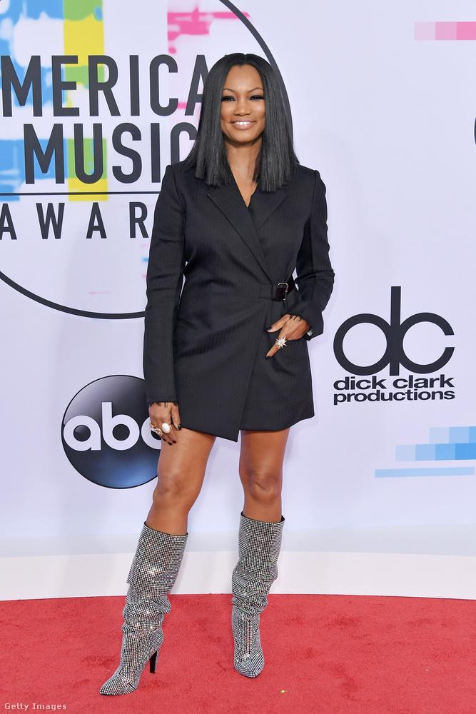 Méregdrága Saint Laurent csizma és fekete zakóruha Garcelle Beauvais színésznőn az American Music Awardson.